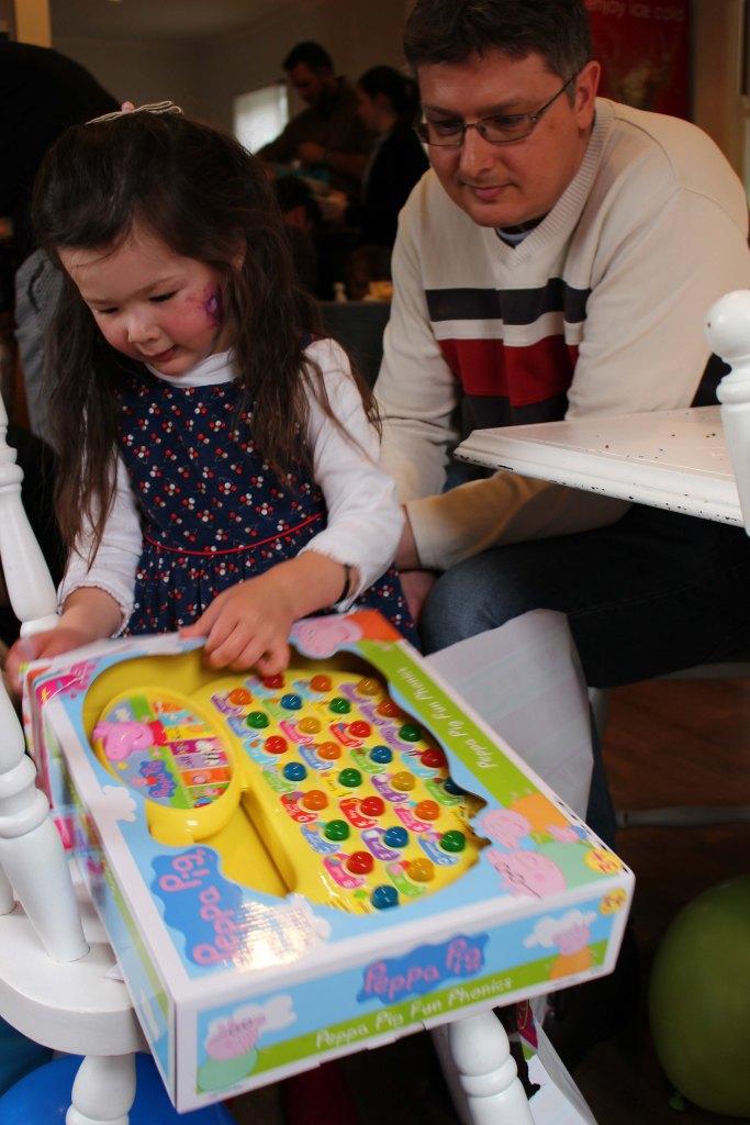 Arddun opening her present