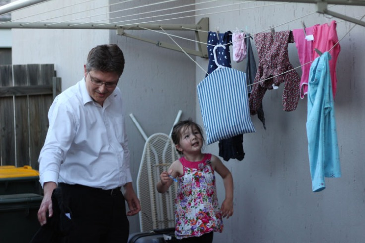 Arddun takes down washing with Tony